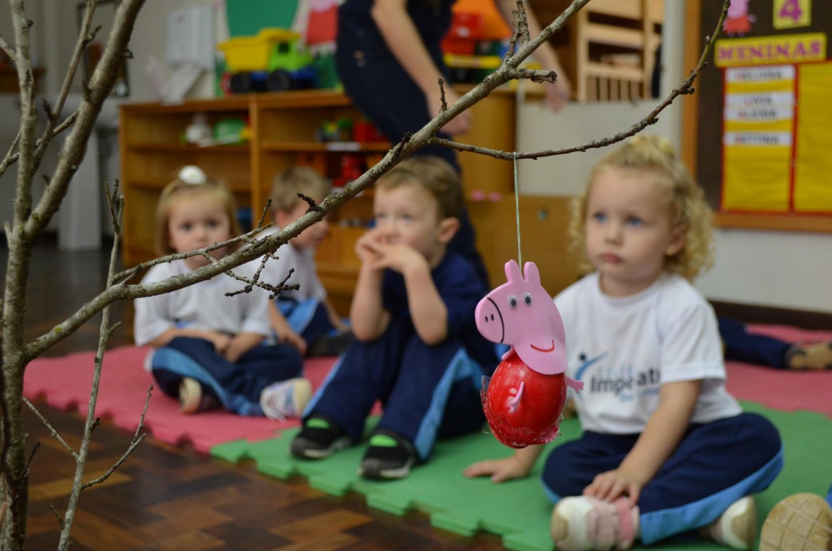 Alunos da Educação Infantil do Colégio Imperatriz montam Árvore de Páscoa - 15.03.2016Alunos da Educação Infantil do Colégio Imperatriz montam Árvore de Páscoa - 15.03.2016